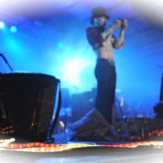 http://www.titticastrini.net/wp-content/uploads/2013/05/Tt-Castrini-Accordeon-ed-il-mago-Wonder-teatro-Estragon-Bologna.jpg