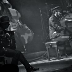 http://www.titticastrini.net/wp-content/uploads/2013/05/Tt-Castrini-Vinicio-Capossela-Glauco-Zuppiroli-Live-al-Teatro-Verdi-di-Terni.jpg