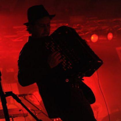 http://www.titticastrini.net/wp-content/uploads/2013/05/Tt-Castrini-live-Teatro-Estragon.-Concerto-con-Vinicio-Capossela..jpg