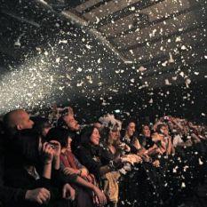 http://www.titticastrini.net/wp-content/uploads/2013/05/il-pubblico-al-concerto-di-Vinicio-Capossela-al-teatro-Estragon-Bologna.jpg